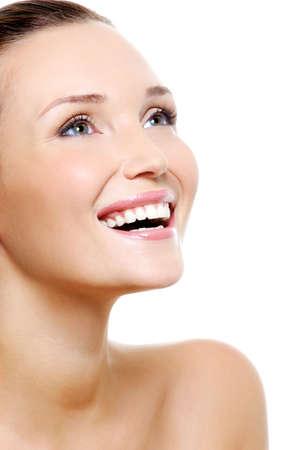 Happy lachende Frau mit weißem gesunde Zähne - lokalisiert auf Weiß Standard-Bild