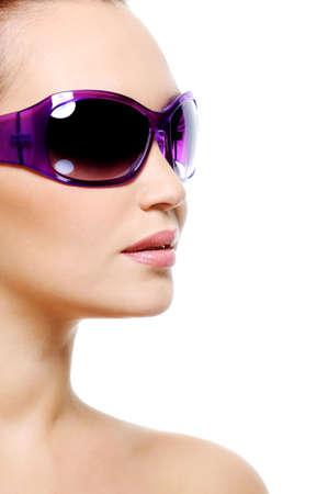 Modelo de moda femenina en gafas de sol de color morado con una piel de limpio y puro - aisladas en blanco Foto de archivo - 5769517