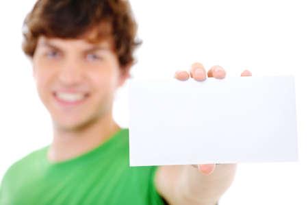 soft focus: Hombre mostrando la tarjeta en blanco en primer plano - Soft Focus