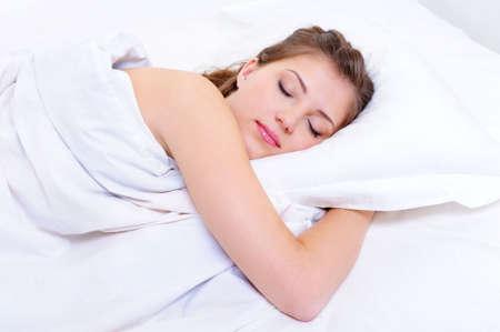 gente durmiendo: Joven y bella mujer, el sue�o de adultos en su dormitorio