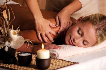 masaje corporal: Masajista haciendo masajes en el hombro de la mujer en el sal�n de belleza Foto de archivo