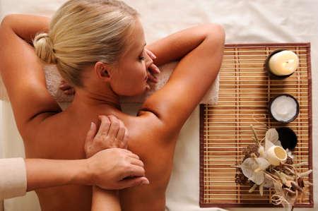 ハイアングルビュー: 美しい若い白人女性背部マッサージの高角度のビュー