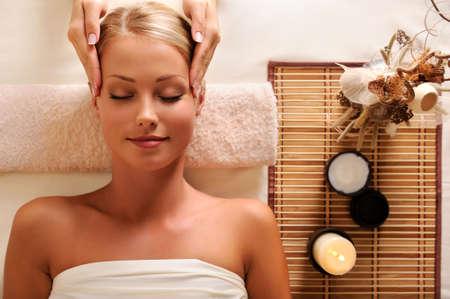 masaje: Retrato de alto �ngulo de una mujer atractiva conseguir masaje recreaci�n de la cabeza
