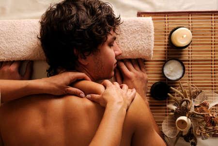 masaje corporal: El joven en tratamiento de spa - recreaci�n, descanso, relajaci�n y masaje. �ngulo de visi�n Hygh Foto de archivo