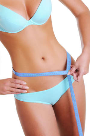 cintura: La mujer con una hermosa figura esbelta mide la cintura con cinta de medici�n. Cuerpo femenino de perfecta salud.