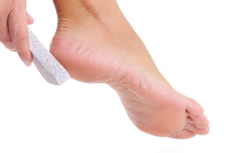 fregando: mujer joven scrubbing de pie por piedra p�mez sobre un fondo blanco