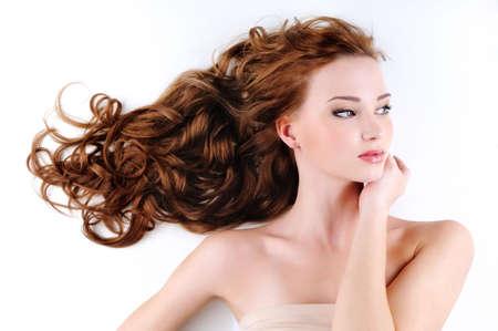 pelo rojo: Retrato de la mujer hermosa y agradable con el pelo de rojo ojalillos largo Foto de archivo
