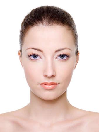 Beau visage féminin caucasien avec maquillage de brillante façon