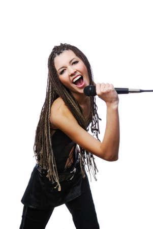 rocker girl: Retrato de cantante hermosa ni�a cantando con el micr�fono en manos