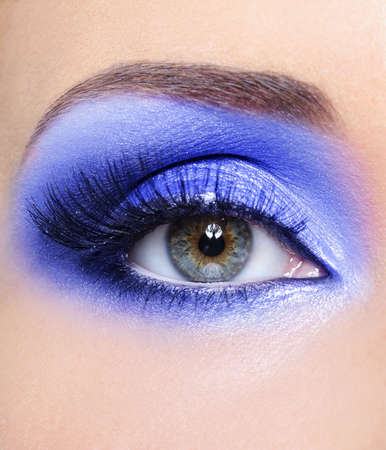 pesta�as postizas: Maquillaje de moda azul brillante de ojo de la mujer con un largo falsas pesta�as