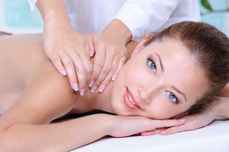 massaggio collo: Close-up ritratto di giovane donna bella rilassante presso il Salone di bellezza