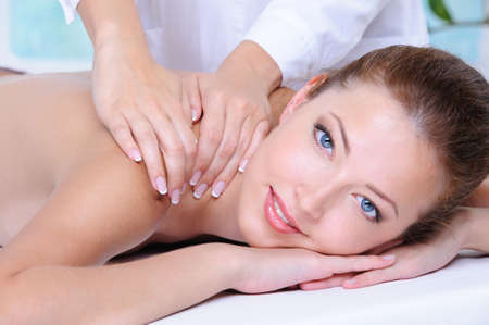main sur l epaule: Gros plan portrait de jeune femme belle relaxante dans le salon de beaut�