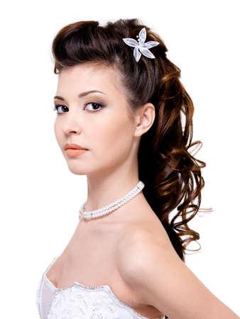 hochzeitsfrisur: Kristallgr�nen junge Frau mit sch�ne Hochzeitsfrisur - isolated on white   Lizenzfreie Bilder