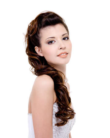 coiffure: Pretty bride with beauty stylish wedding hairstyle - isolated on white