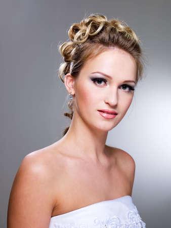 hochzeitsfrisur: Attraktive junge Frau mit sch�nen Hochzeit Frisur - isoliert auf wei�