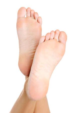pied jeune fille: Belle femelle soign�e pure un pied et un talon lev� vers le haut. Isol� sur fond blanc Banque d'images