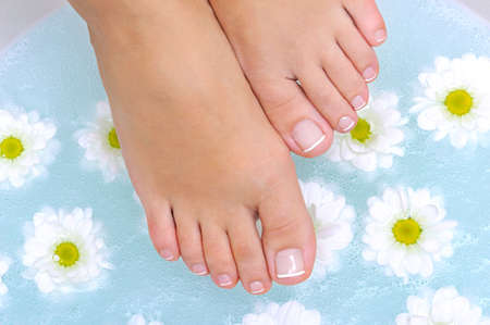 pies bonitos: Belleza y femeninas limpia las piernas bajo el cuenco de agua