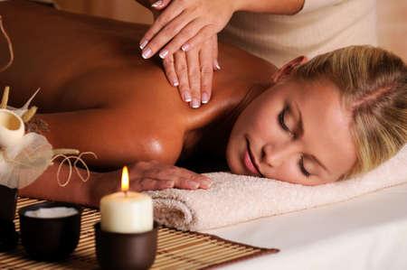 masajes relajacion: masajista profesional haciendo masajear el cuello femenino en el Sal�n de belleza