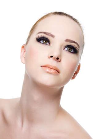pesta�as postizas: Cara de la mujer hermosa fresca con ojo negro maquillaje-aislado en blanco