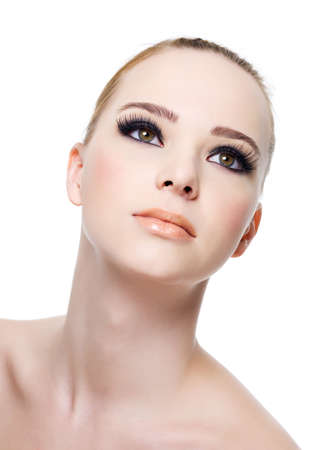 maquillage yeux: Face la femme douce belle avec maquillage de le ?il noir-isol�e sur blanc