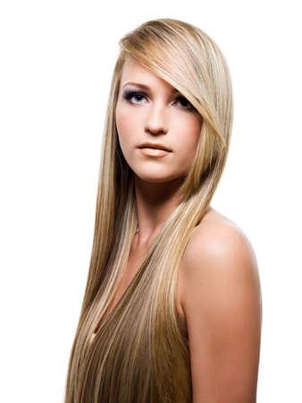 capelli lunghi: Giovane donna attraente con bellezza capelli lunghi - isolata on white