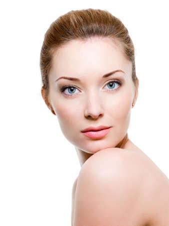 naked young woman: Belle femme face � la peau propre - isol�e sur blanc
