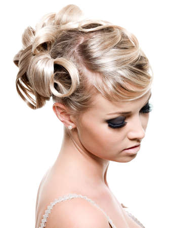 白で隔離され - 若いの美しいブロンドの女性のファッション創造的な髪型