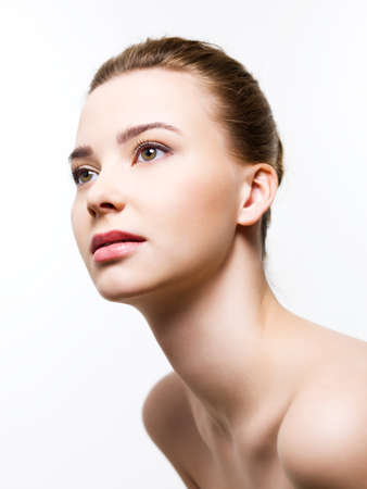 jeune femme nue: Visage de femme attrayante avec propre peau - isol�e sur fond blanc Banque d'images