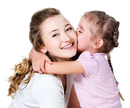 ni�os contentos: Pretty hijita besar y abrazar a su madre feliz  Foto de archivo