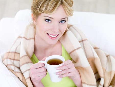 Portret van jonge mooie lachende vrouw met warme kop koffie - hoge hoek  Stockfoto