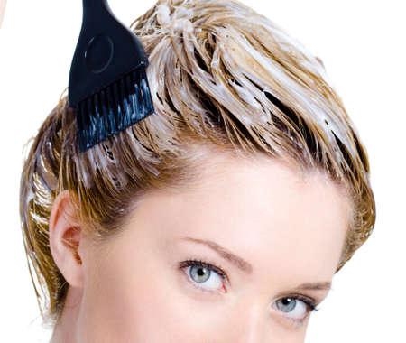 tinte cabello: Colorear de cabeza de la mujer con pincel - aislado en fondo blanco