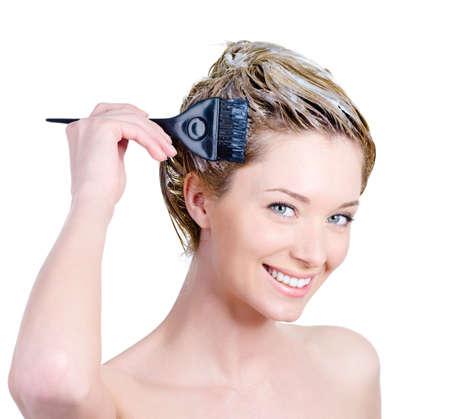 tinte cabello: Feliz retrato de alegre joven y bella mujer con pincel colorear su cabello - aislado en blanco