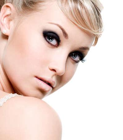 cejas: Hermosa mujer sexy con maquillaje de ojo morado. Close-up cara aislado en blanco