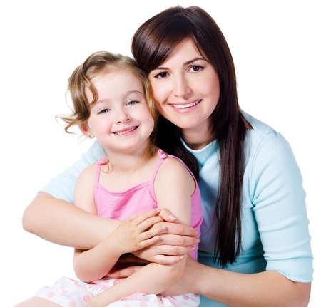 mama e hija: Sentimiento de unidad de la joven y bella mujer con peque�a hija - aislada en blanco