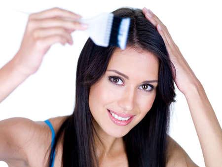 tinte cabello: Retrato de joven sonriente colorear su cabello largo casta�o - aislado