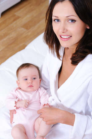 Portrait von glücklich junge schöne Mutter mit little newborn Baby - hohen Winkel
