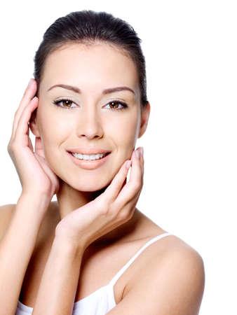piel humana: Joven y bella mujer sonriente, Contornear su rostro limpio de belleza - aislado en blanco