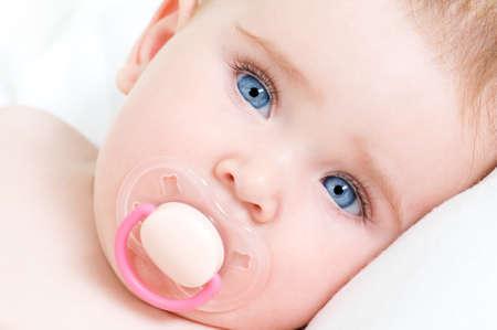 Cara de detalle de una hermosa niña recién nacida con ojos azules