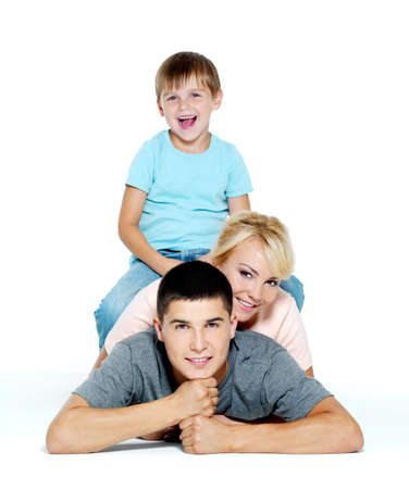 Gelukkig jong familie lachend met kleine jongen - geïsoleerd  Stockfoto