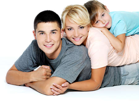 Jeunes heureux sourire de famille avec un petit garçon - isolé