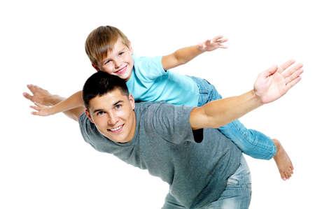 padre e hijo: Feliz retrato de padre e hijo de seis a�os. Aislados en blanco