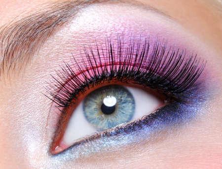 maquillage yeux: Maquillage oeil avec des couleurs vives saturetad - macro abattu