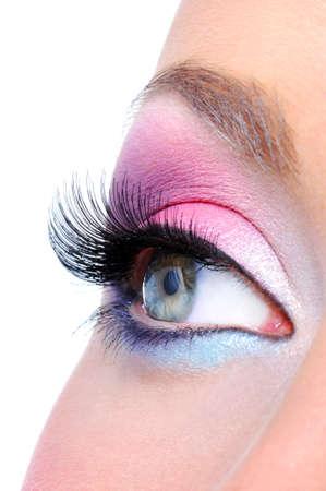 maquillage yeux: Maquillage des yeux avec des couleurs vives saturetad - macro abattu