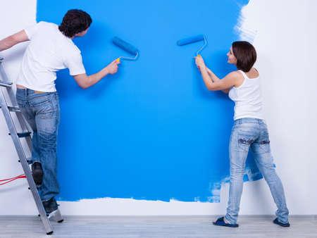 pintora: Colorear la pared en azul por la joven pareja en sus - horizontales