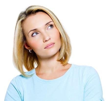 femme regarde en haut: r�fl�chis jeune femme regardant - isolatad sur fond blanc