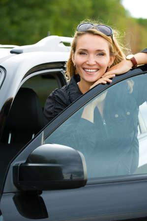 schöne junge glücklich Frau in das neue Auto - outdoors