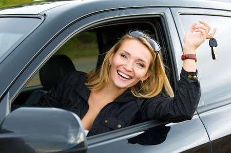 erfolgreiche beautiful happy Woman in das neue Auto mit Schlüsseln - outdoors