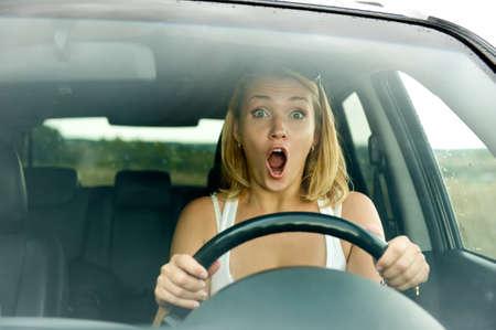 squeal: donna spaventata grida alla guida della macchina - all'aperto