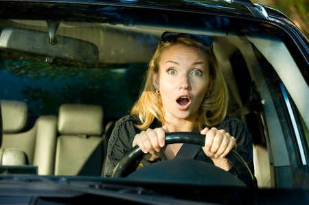 squeal: Fright volto di donna a guidare auto e fortemente spremere la ruota