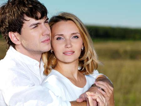parejas de amor: Retrato de joven feliz pareja hermosa naturaleza  Foto de archivo